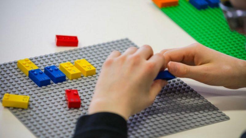 Кубики Брайля LEGO для слепых детей