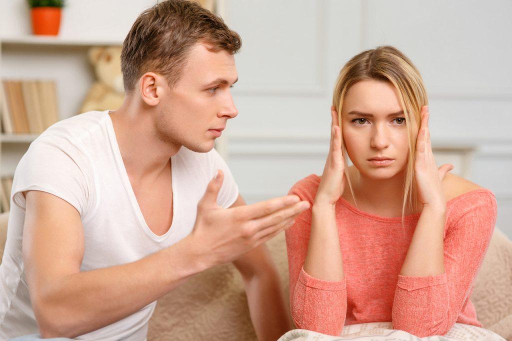 Девушка закрыла уши руками и не слушает парня. Ревнует. Поднял руку на девушку. Молодая пара ссорится.