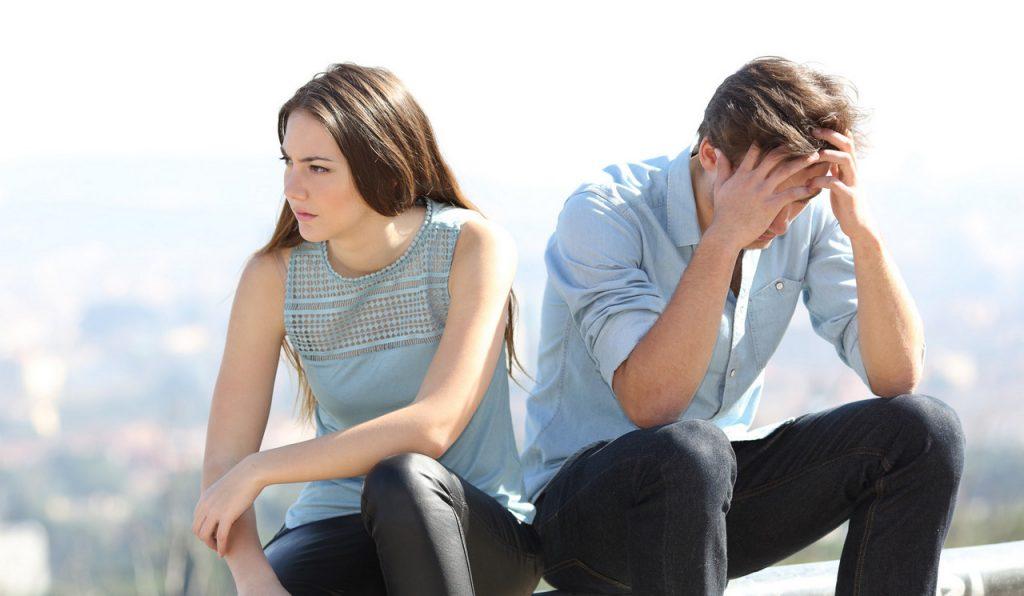 Пара грустят мужчина и женщина думают о расставании отношения