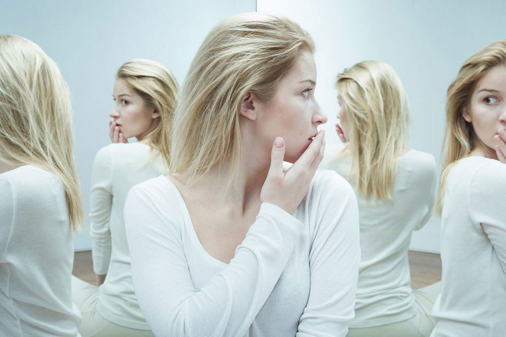 Женщина смотрит в зеркало много отражений психическое расстройство