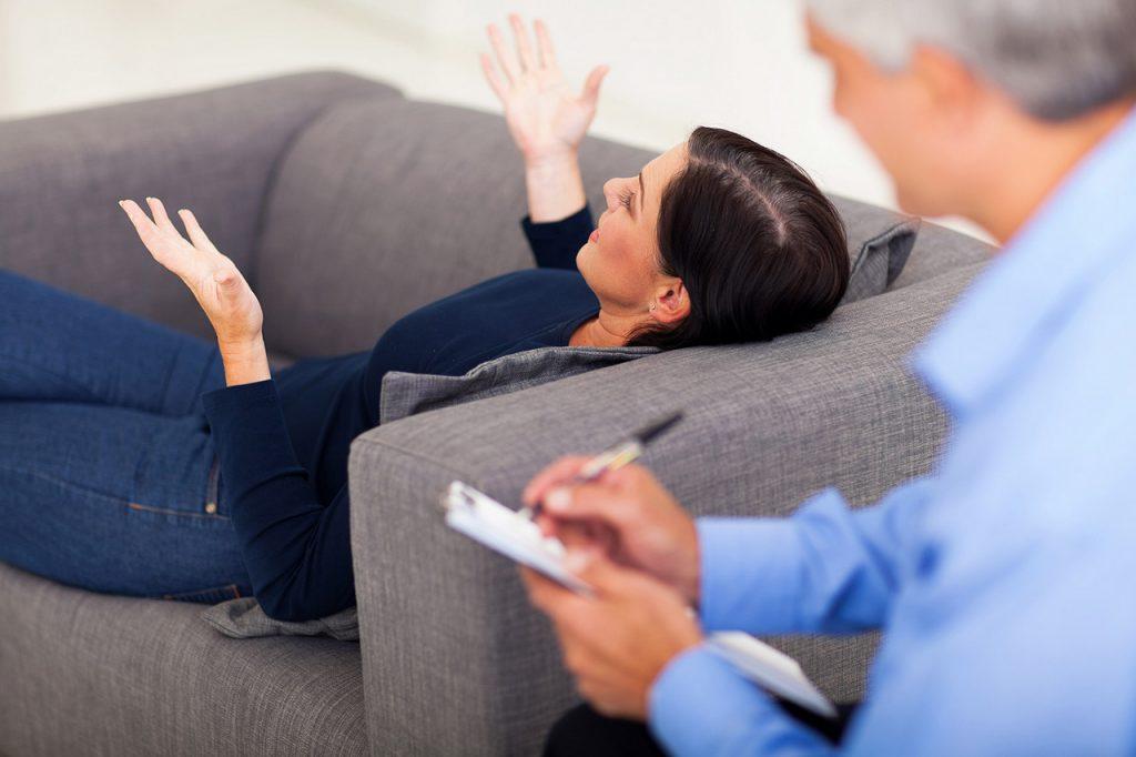 клиент женщина рассказывает историю на приеме у психолога мужчины
