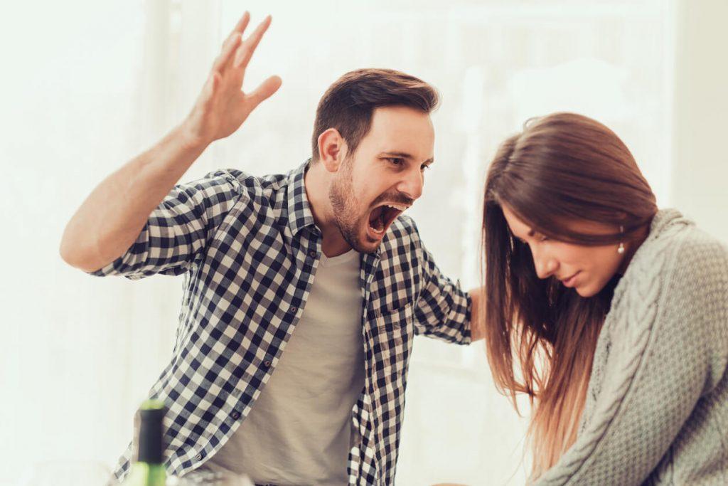 злой мужчина кричит и поднимает руку на девушку женщину семья ссорится отношения