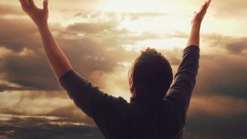 Почему люди продолжают изобретать богов для поклонения?