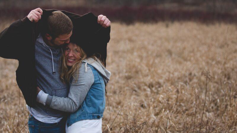 Друзья превращаются в любовников чаще, чем думают люди