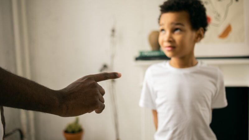 Является ли порка правильным способом дисциплинировать вашего ребенка?